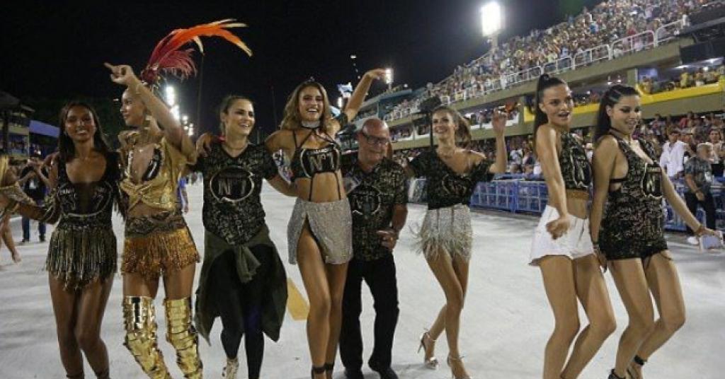 Adriana Lima Rio Karnavalı'nı Yaktı Geçti