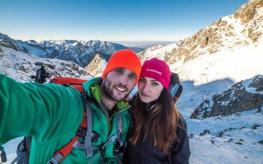 Dağların Zirvelerine Çıkıp Fotoğraf Çektiren Maceracı Çift