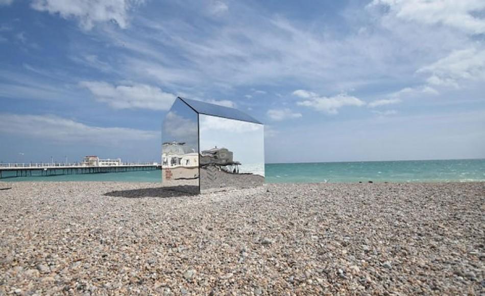 İngiltere'deki Worthing Plajına Kurulan Selfie Kulübesi