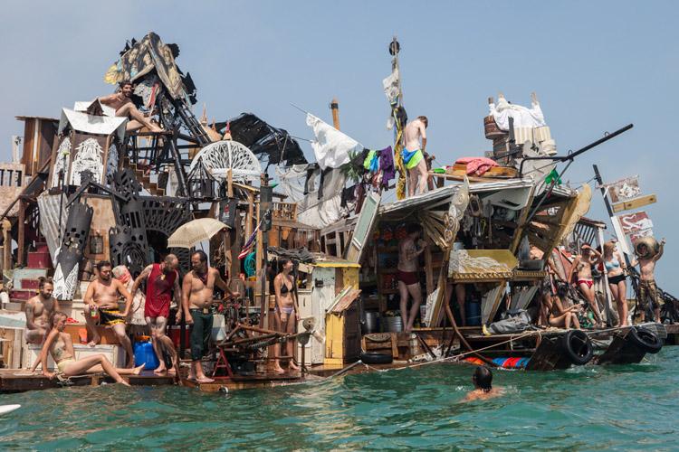 Topladıkları Çöplerle Sandal Yapıp Venedik'e Yelken Açan Çılgınlar