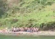 Mayo İle Plajda Namaz Kılan Cemaat