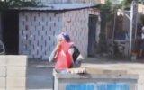 Çöpte Gördüğü Türk Bayrağını Öpüp Evine Götüren Teyze