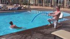 Havuzdaki İnsan Balığı Avlamak
