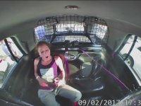 Kelepçeden Kurtulup Polis Arabasını Çalan Kadın