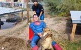 Timsah Yuvasına Süperman Kostümüyle Baskın