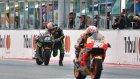 Fransız Motosikletçi Finish Çizgisini Koşarak Geçti