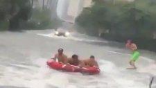 Irma Kasırga Sonrasında Şehirde Su Kayağının Yapılması