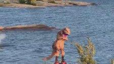 Çılgın T-Rex Flyboard Yapıyor
