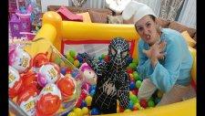 Yeni Zıp Zıp Havuzda Rengarenk  3000 Top İçinde Şirine Ve Spiderman Kinder Joy Kapmaca Oynuyorlar
