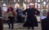 Rahibin Vaaz Öncesi Kilisede Dans Etmesi