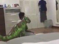 Dinozora Namaz Kıldıran Çocuk