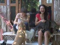 Emekli Maaşıyla Evinde 80 Tane Hayvan Besleyen Kadın