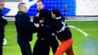 Sahaya çete indi futbolcular taraftarları korudu