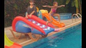 Havuzda şişme kaydırakla eğlenceli yarışmalar, eğlenceli çocuk videosu