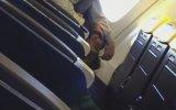 Uçakta Sevgilisinin İhtiyaçlarını Gideren Kız 18