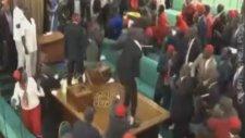 Uganda Meclisinde Sandalyelerin Havada Uçuşması