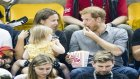 Prens Harry'nin Patlamış Mısırlarını Minik Kızın Araklaması