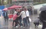 Taksim'de Şemsiye Satıcılarının Meydan Kavgası