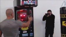 Gökhan Saki'nin Yumruk Makinesine Döner Tekme Atması