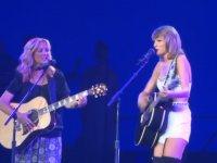 Taylor Swift ve Phoebe Buffay (Lisa Kudrow) - Smelly Cat
