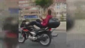 Ankara Trafiğinde Motosikleti Yatarak Kullanan Sürücü