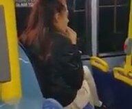 Genç Kızın Çekirdek Kabuklarını Otobüsün İçine Atması