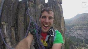 Cesur Adamın Tırmanma İpi İle Uçuruma Atlaması