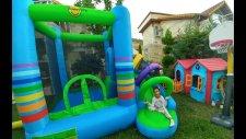 Bahçede Büyük Gökkuşağı Zıpzıp Havuzla Oyunlar, Eğlenceli Çocuk Videosu