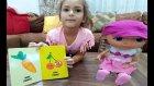 Elif minik bebek Lizayı hazırlıyor gezdiriyor meyve ve sebzeleri öğretiyor.Hem İngilizce hem Türkçe