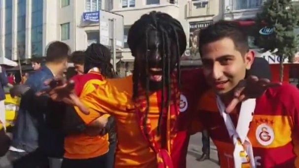 Galatasaraylı Taraftarların Gomis'e Bürünmesi (22 Ekim 2017)