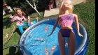 BAHÇEDE MAVİ GRİ BÜYÜK HAVUZU AÇTIK, BARBİELER ve minik köpekcik havuzda yüzüyor, eğlenceli çocuk