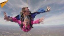94. Yaşını Paraşütle Atlayarak Kutladı