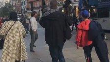 Sokak Müzikçileriyle Kopan Adam