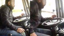 Tespih Çekip, Video İzlerken Minibüsü Kullandı