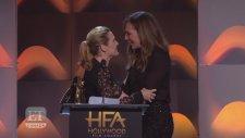 Ödül Töreninde Kate Winslet'n Allison Janney İle  Dudak Dudağa Öpüşmesi