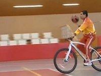 Türkmenistan Cumhurbaşkanının Bisiklet Üstünde Basket Atması
