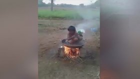 Kaynar Suyla Duş Alan Çocuğun Keyfi