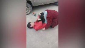 Annesini Bacaklarıyla Boynundan Kilitleyerek Döven Çocuk
