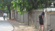 Çişini Ayakta Yapan Kadını İzleyen Hintli Erkekler