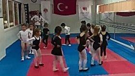 Elif ve Dans ekibi arkadaşlarından annelere kadınlar günü hediyesi dans gösterisi