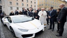 Papa Francesco'ya Lamborghini Hediye Edildi