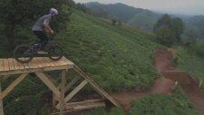 Türkiye'de Çay Tarlasında Bisiklet İle Akrobatik Hareketler