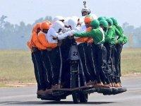 58 Askerin Aynı Anda Motosiklete Binmesi - Hindistan