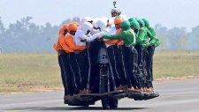 Hindistan'da Motosiklete 58 Kişi Bindi