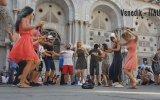 Farklı Ülke Sokaklarında Erik Dalı Oynamak