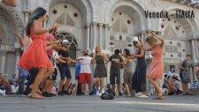 Farklı Ülke Sokaklarında Erik Dalı Oynayan Gençler