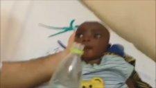 Nijer'deki Susuzluktan Ölmek Üzere Olan Bebek