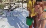 Rus Annelerin Buz Gibi Suyla Bebeklerini Yıkaması