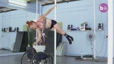 Tekerlekli Sandalyesi ile Direk Dansı Yapan Kadın