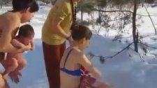 Bebeklerini Buz Gibi Suyla Yıkayan Rus Anneler